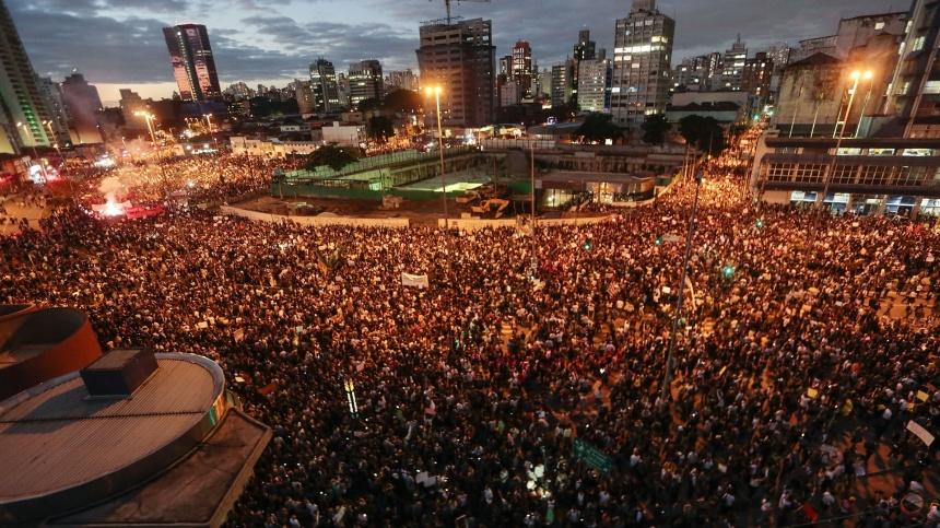 O Largo da Batata. E ainda tinha muito mais gente.  Foto: Miguel Schincariol/AFP