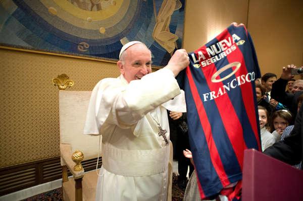 Francisco em momento de bom gosto, com a camisa do San Lorenzo.  Foto: Olé.