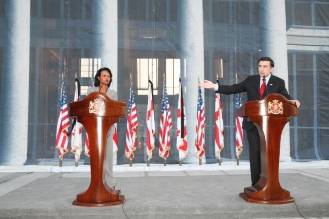 A então Secretária de Estado dos EUA, Condoleezza Rice, e o Presidente da Geórgia, Mikheil Saakashvili, fazem declarações conjuntas em Tbilisi, capital da Geórgia, em Agosto de 2008.  O apoio dos EUA à Geórgia prejudicou bastante as relações do país com a Rússia.