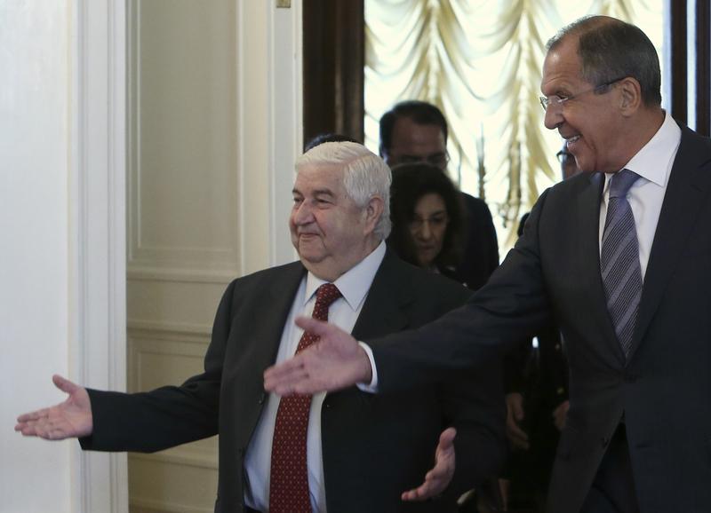 O Chanceler russo, Lavrov, à direita, apresenta seu equivalente sírio, Muallem. Foto: Sergei Karpukhin/Reuters