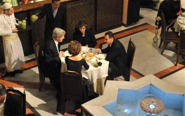 Assad e John Kerry, atual Secretário de Estado dos EUA, então Presidente da Comissão de Relações Exteriores do Senado, em jantar privado em 2009. Foto: Telegraph.uk