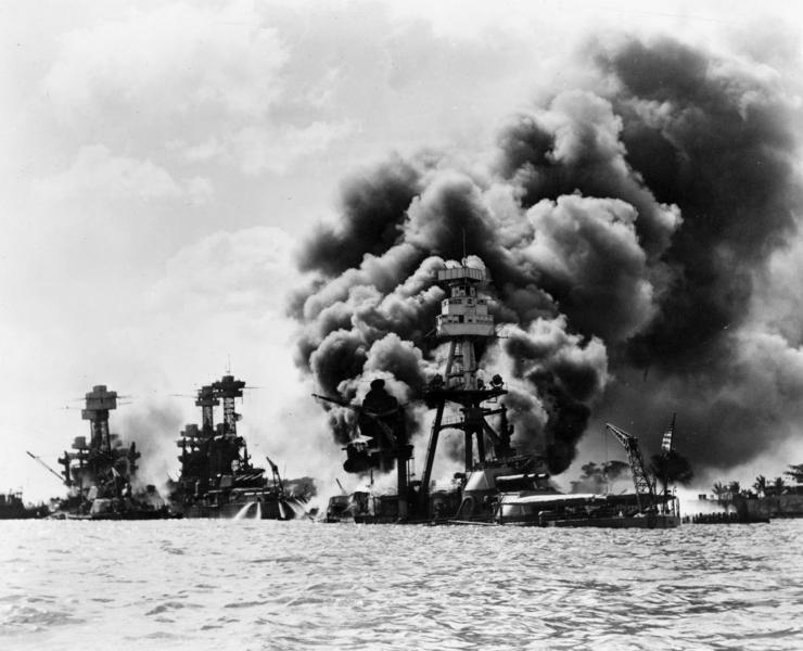Ataque ao porto de Pearl Harbor: USS West Virginia (danificado), USS Tennessee (atingido) e o USS Arizona (afundado)