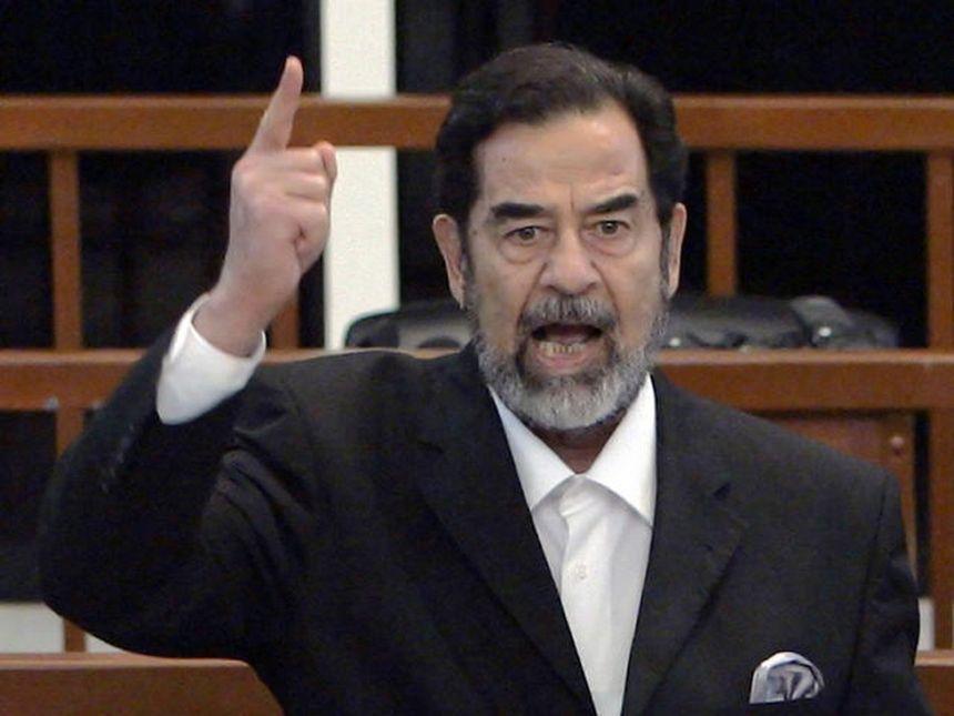Saddam Hussein em seu  julgamento Foto: AP/David Furst