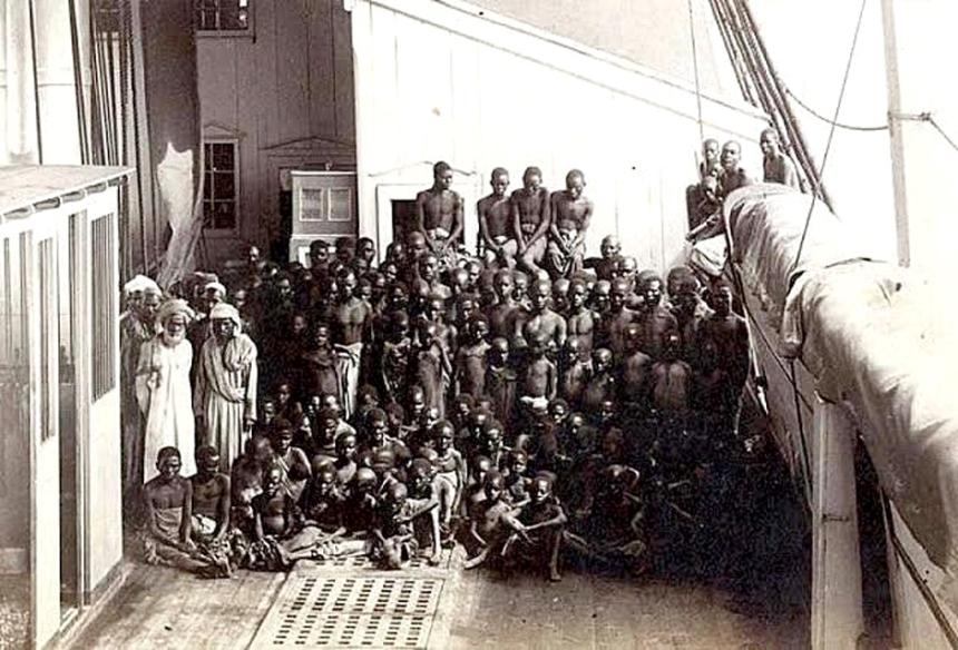 Supostamente, única foto produzida em um navio negreiro real na costa brasileira, de 1882, por Marc Ferrez