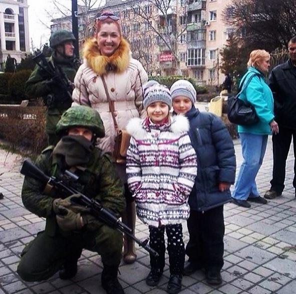 Habitante da Crimeia tira foto com soldado russo Fonte: Instagram/leydzh