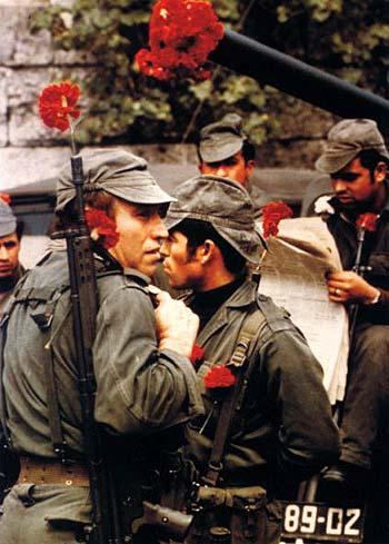 Motivo do nome da revolução: as flores nas armas dos soldados que se recusaram a reprimir a população lisboeta.