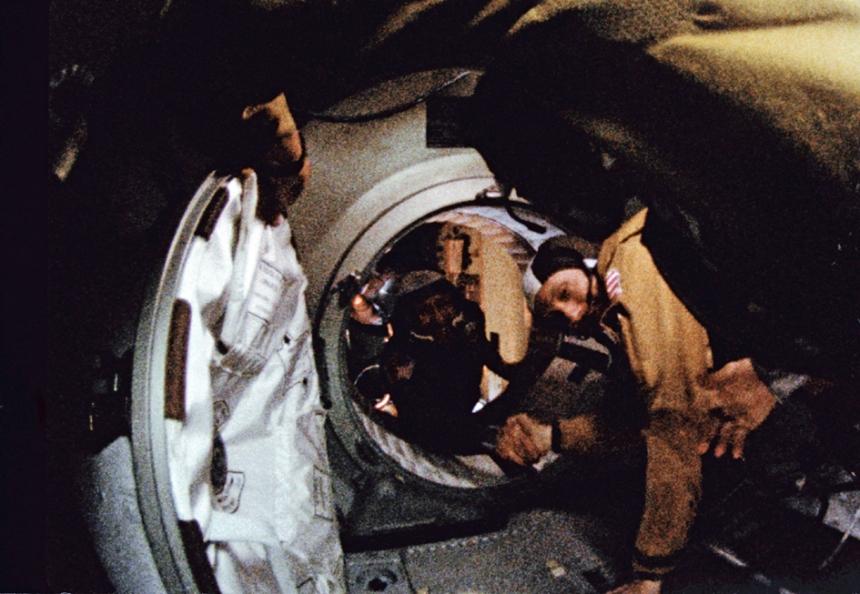 O astronauta Thomas P. Stafford e o cosmonauta Aleksei A. Leonov se cumprimentam no espaço em 17 de Julho de 1975, durante a acoplagem da Soyuz soviética com uma Apollo dos EUA. Foto: NASA