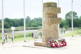 Monumento na ponte Pégaso, com homenagens