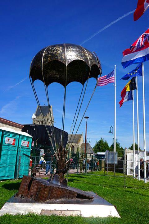 Monumento aos paraquedistas em Sainte-Mère-Église