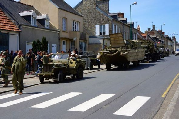 Desfile de veteranos e de veículos em Sainte-Mère-Église