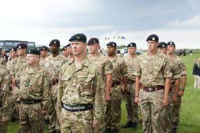 Militares britânicos prestando homenagens