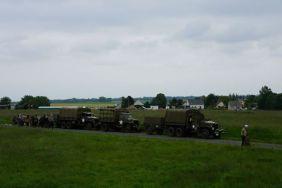 Veículos militares se preparando para desfile