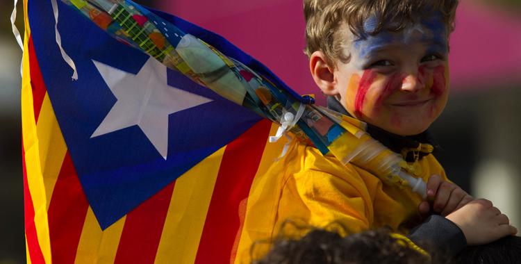Garoto com a Estrelada, a bandeira da Catalunha independente.