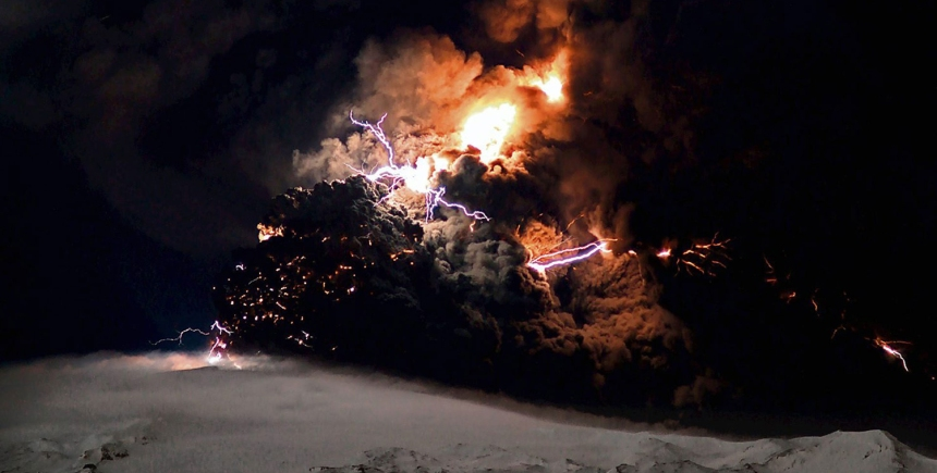 Essa foto noturna da erupção do Eyjafjallajökull em 2011 não contém nenhum efeito de Photoshop. Bons sonhos.