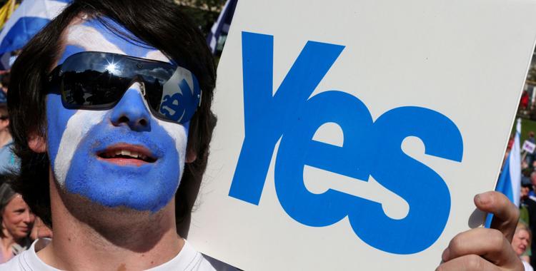 Manifestante do Yes Scotland, com o rosto pintado com a bandeira do país