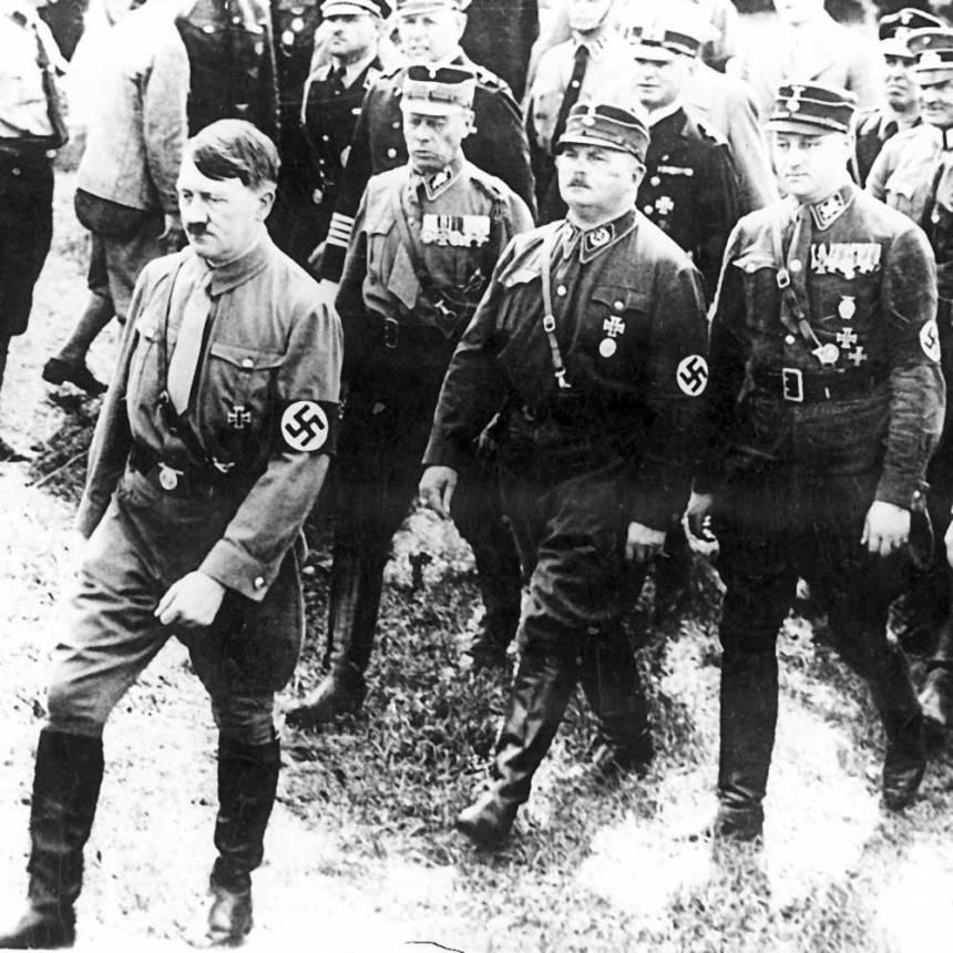 Adolf Hitler seguido por Ernst Röhm, líder da Sturmabteilung (SA), conhecidos como camisas marrons, e visto por Hitler como seu rival pelo poder.