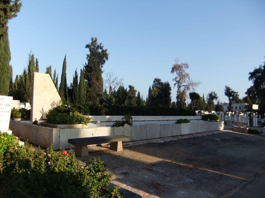 Memorial judaico para as vítimas do voo 402, no cemitério Kiryat Shaul em Tel Aviv