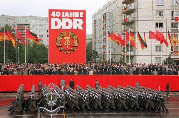 Desfile militar da NVA nas comemorações de 40 anos da RDA.