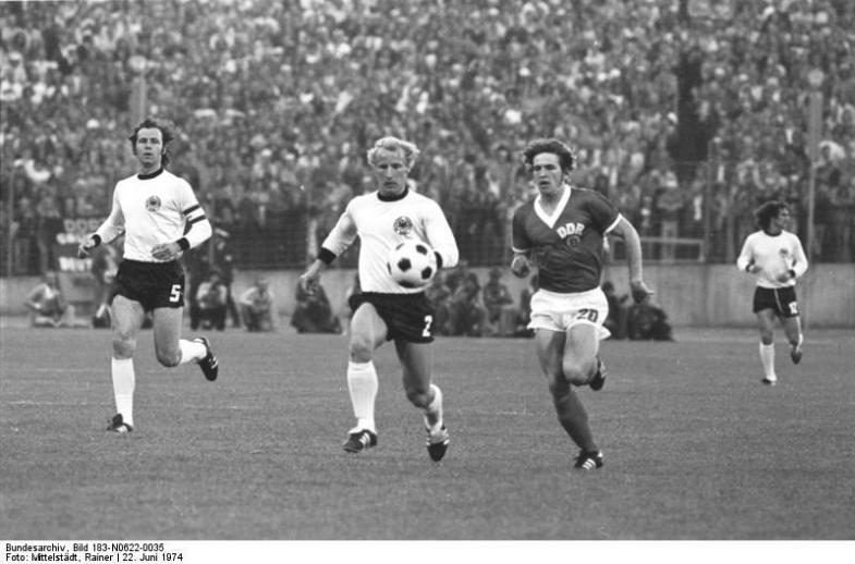 Foto de quando as duas Alemanhas se enfrentaram em um jogo competitivo pela única vez, na Copa do Mundo de 1974.