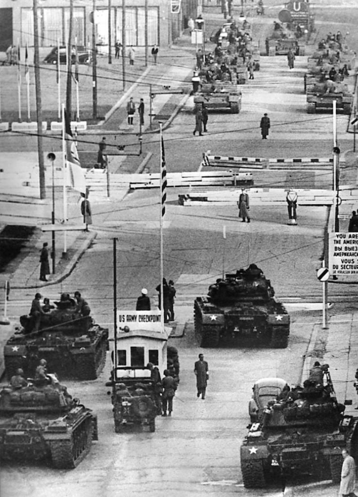 Em primeiro plano, tanques do Exército dos EUA, em Berlim Ocidental; no meio, as cancelas rodoviárias de controle de acesso