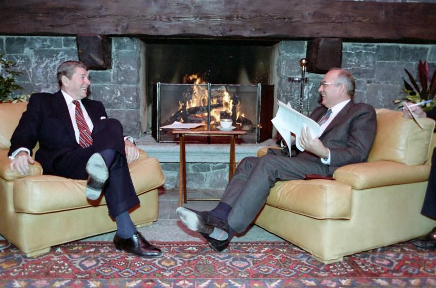 Ronald Reagan e Gorbachev reunidos em Genebra, para conversas sobre armamento nuclear.