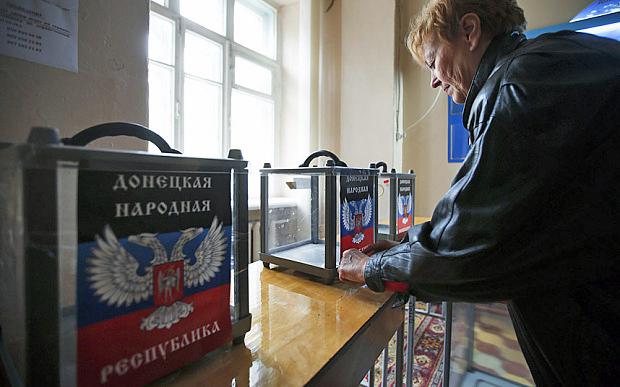 Eleições em Donetsk, com as urnas com a imagem da bandeira da autoproclamada República Popular do Donetsk.