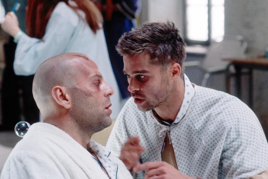 Bruce Willis e Brad Pitt em cena do filme Os 12 Macacos