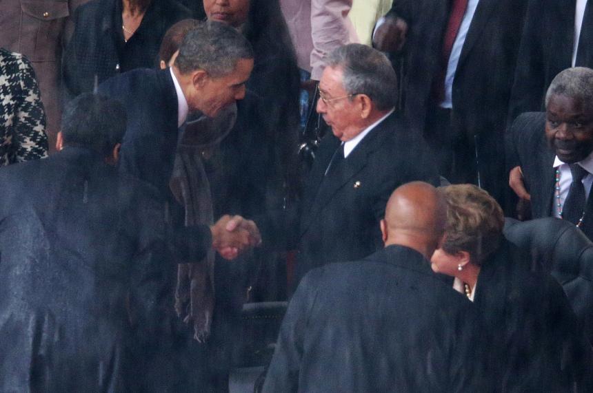 Obama e Raúl Castro cumprimentam-se no funeral de Nelson Mandela, em 2013.