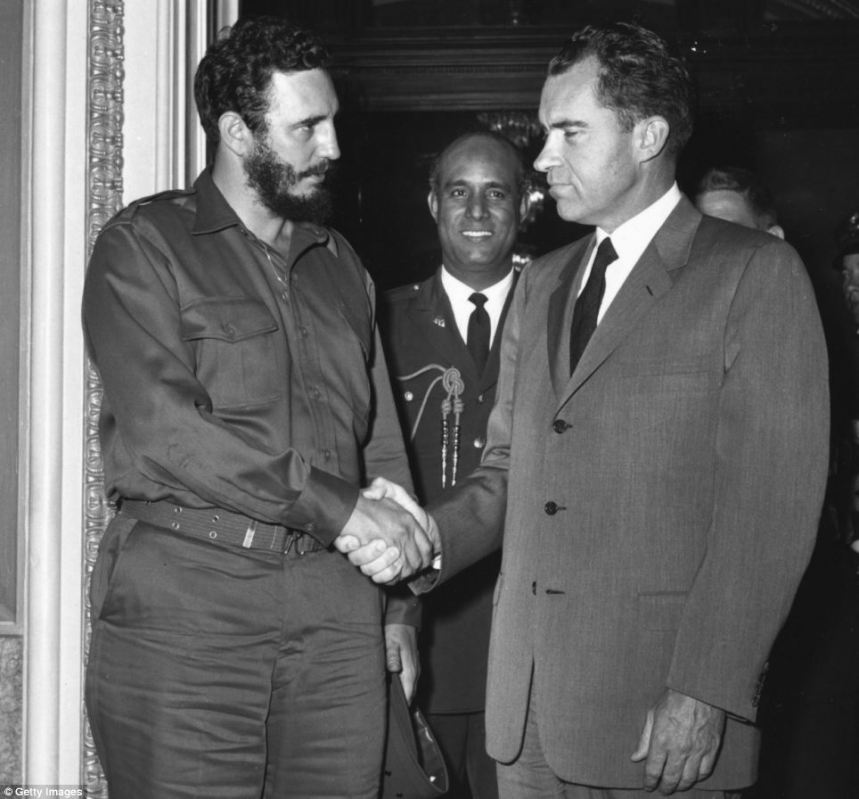 Fidel Castro e Richard Nixon apertam as mãos.