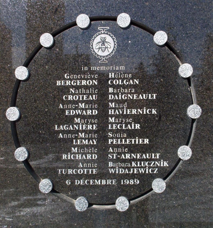 Placa que faz parte do memorial da Escola Politécnica de Montreal, com os nomes das mulheres vítimas.
