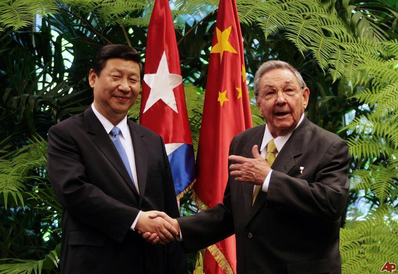 Raúl Castro e Xi Jinping, presidente chinês, na visita de Castro ao país asiático