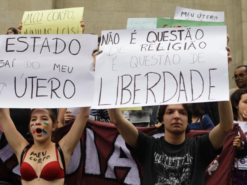 15jun2013---manisfestantes-levantam-cartazes-em-prol-da-descriminalizacao-do-aborto-e-dos-direito-das-mulheres-em-frente-a-catedral-da-se-na-regiao-central-de-sao-paulo-neste-sabado-o-grupo-protesta-1371334487527_1024x768