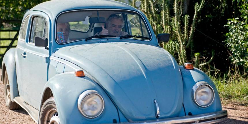 """Mujica e sua esposa, a Senadora Lucia Topolansky, no Fusca azul dirigido por """"Pepe"""" (Foto: AP/Matilde Campodonico)"""
