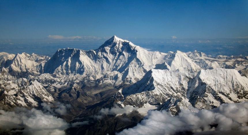 """Foto em alta resolução (pode ser aberta em outra aba, para o tamanho completo) do Everest visto da fronteira do Nepal com a China. O território nepalês está """"encoberto"""" pela montanha."""