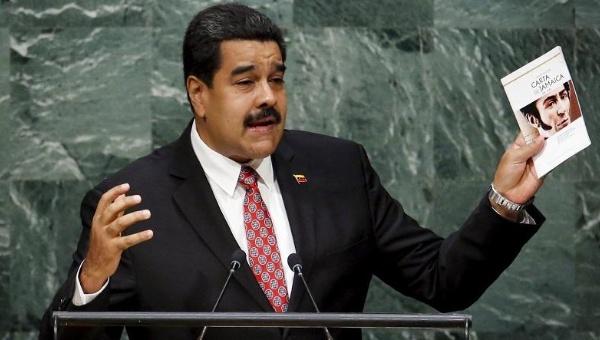 Maduro, hoje, na tribuna da AGNU, segurando uma edição de Carta da Jamaica, de Simón Bolívar.