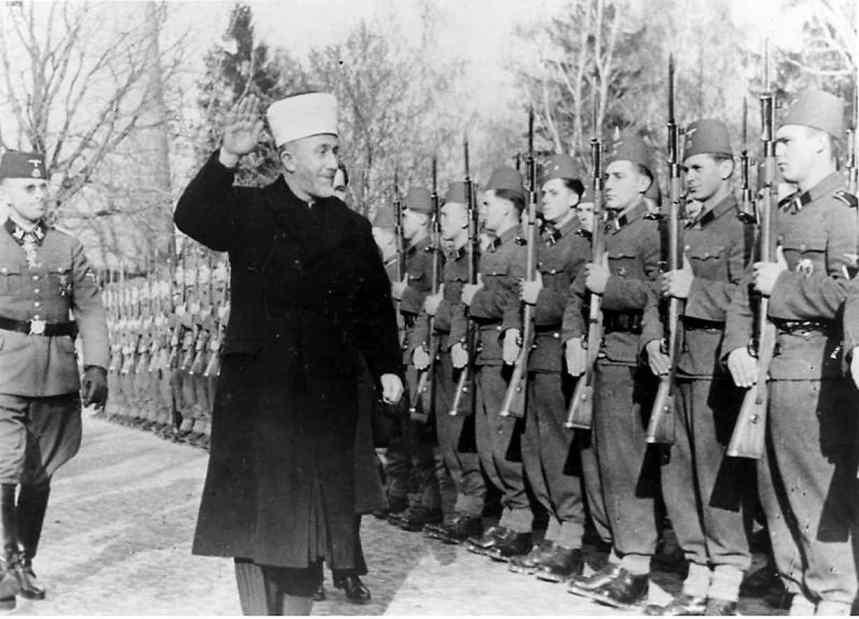 Der Groflmufti von Jerusalem bei den bosnischen Freiwilligen der Waffen-SS. Der Groflmufti schreitet die Front mit erhobenenm Arm ab. SS-PK-Kriegsber. Mielke