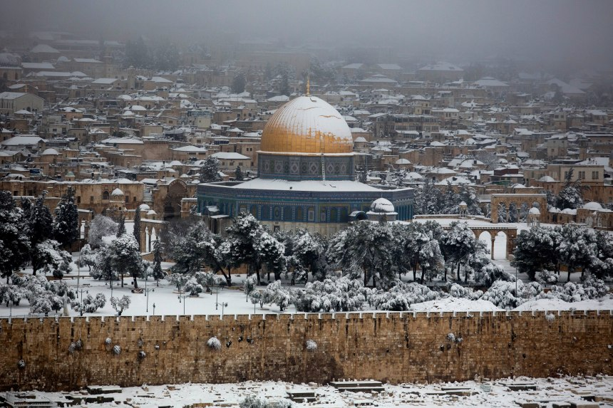 epa04628415 The Dome of the Rock, one of Islam's holiest sites, covered with snow after a winter storm left about 15 to 20 centimeters of snow in Jerusalem's Old City, Israel, 20 February 2015. EPA/ABIR SULTAN
